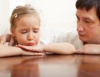 Vater tröstet ein trauriges Mädchen Lizenzfreie Stockfotos