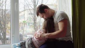 Vater tröstet seine kleine Tochter stock video