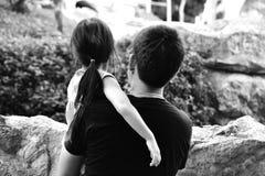 Vater-tragende Tochter Stockfotografie