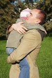 Vater umarmt seine kleine Tochter Stockfotos