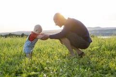 Vater und Baby bei Sonnenuntergang Stockfoto