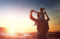 Vater und Baby bei Sonnenuntergang Lizenzfreie Stockfotografie