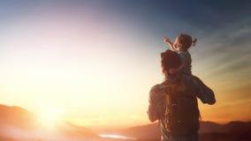 Vater und Baby bei Sonnenuntergang Lizenzfreie Stockbilder