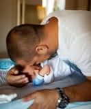 Vater und Baby - glücklicher Vati mit seinem Sohn lizenzfreies stockfoto