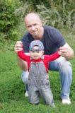 Vater- und Babysohn draußen Stockfoto