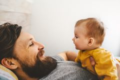 Vater- und Babytochter, die zusammen Familienhauslebensstil spielt lizenzfreies stockbild