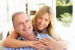 Vater-und Erwachsen-Tochter, die auf Sofa sich entspannt Lizenzfreies Stockfoto