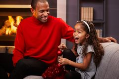 Vater und glückliche kleine Tochter zur Weihnachtszeit Lizenzfreie Stockbilder