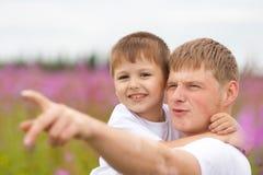Vater und glücklicher Sohn, die den Spaß im Freien hat Stockbild