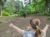 Vater und Jugendliche spielen mit Ball lizenzfreie stockfotografie