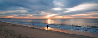 Vater und junges Tochterfischen bei Sonnenaufgang auf Strand in San Jose Del Cabo in Baja California Mexiko Lizenzfreie Stockfotografie