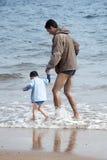 Vater und Kind auf Strand Stockbild