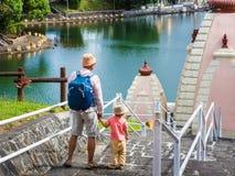 Vater und Kind bei Ganga Talao mauritius stockbild