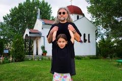 Vater und Kind, die auf Gras spielen Stockfotos