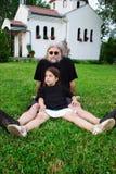Vater und Kind, die auf Gras spielen Lizenzfreies Stockfoto