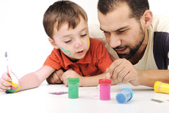 Vater und Kind, die mit Farben spielen Stockfotos
