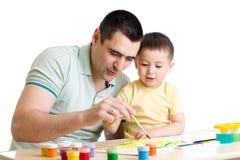 Vater und Kind, die mit Farbenfarben spielen lizenzfreie stockbilder