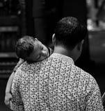 Vater und Kind, die Spaß haben Stockbild