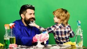 Vater und Kind, die Spaß während der Reinigung haben lizenzfreies stockbild