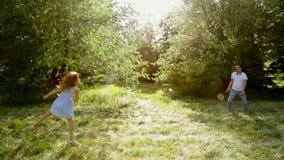 Vater und Kind, kleines Mädchen, das Badminton auf Wiese spielt stock video