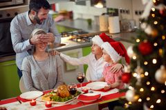 Vater und Kinder-Überraschungsmutter mit Familie Weihnachten-dinne Lizenzfreie Stockbilder