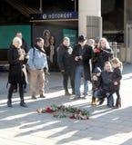 Vater und Kinder, die Respekt zum ermordeten Haupt-minist zeigen Stockfoto