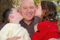 Vater und Kinder draußen Lizenzfreies Stockfoto