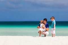 Vater und Kinder im Urlaub Stockbild