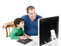 Vater und Kinder mit Computer Stockfotografie