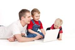 Vater und Kinder mit Laptop Lizenzfreie Stockfotografie