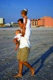 Vater und Kinder am Strand stockfotografie