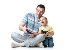 Vater- und Kindersohn, der zu Hause Videospiel spielt stockbilder