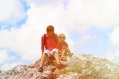 Vater und kleine Sohnreise, die in den Bergen wandern Lizenzfreie Stockbilder