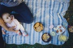 Vater und kleine Tochter auf Picknick stockbild
