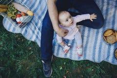 Vater und kleine Tochter auf Picknick stockfotos