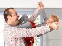 Vater und kleine Tochter, die das Lachen spielen Lizenzfreie Stockbilder