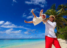Vater und kleine Tochter, die Spaß auf Strand haben Lizenzfreies Stockfoto