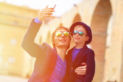 Vater und kleiner Sohn, die selfie während Reise machen Stockbild