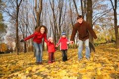 Vater und Mutter mit den Kindern Stockbild