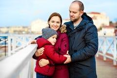 Vater und Mutter mit seinem Sohngehen im Freien Kind, das Vati umarmt Ein reizendes Baumhaus, eine Vogelfamilie, eine Taste der L lizenzfreies stockfoto
