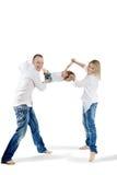 Vater und Mutter schwingen ihre Tochter Stockfoto