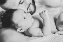 Vater und neugeborene Babynahaufnahme stockfotografie
