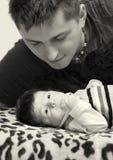 Vater und neugeborener Sohn Stockfoto