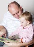 Vater- und Schätzchentochtermesswert Lizenzfreie Stockfotografie