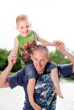 Vater und sein glücklicher Sohn Lizenzfreie Stockbilder