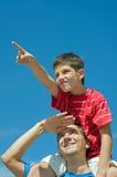 Vater und sein Sohnspiel draußen Stockfotos