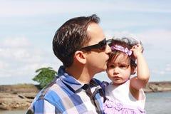 Vater und seine kleine Tochter Lizenzfreie Stockbilder