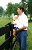 Vater und Sohn auf Bauernhof Stockfotografie