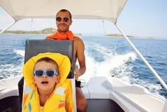 Vater und Sohn auf Boot Lizenzfreies Stockfoto