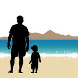 Vater und Sohn auf dem Strand Stockbilder